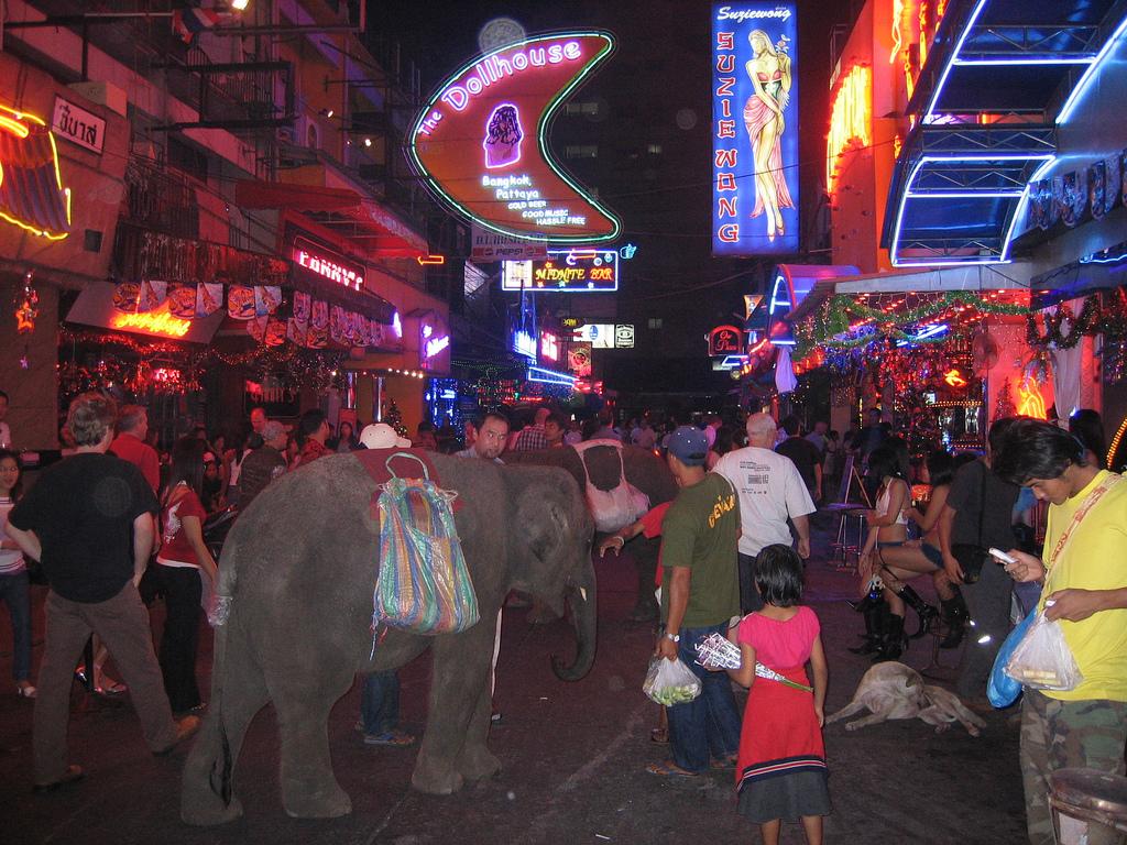Soi Cowboy bei Nacht: Ein kleiner Elefant dient zur Belustigung der Touristen Photo CC by Axel Boldt