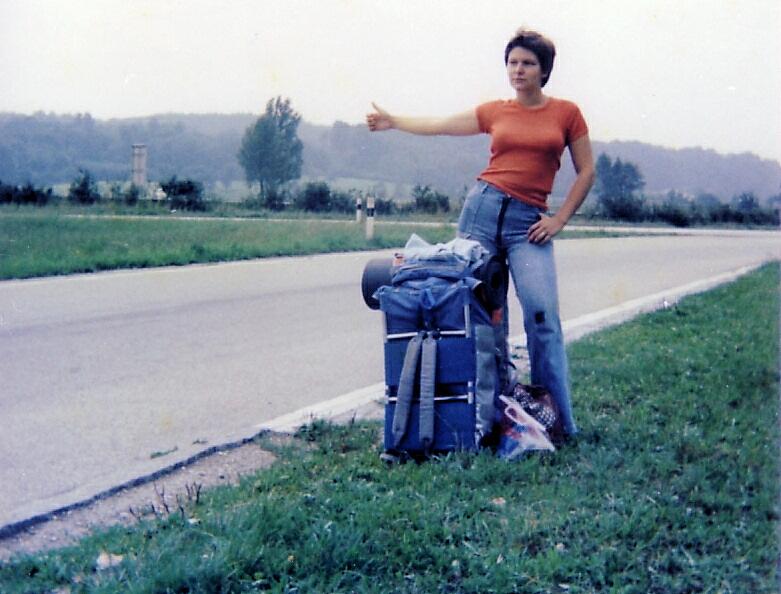 Eine Tramperin auf der Suche nach der nächsten Mitfahrgelegenheit Photo CC by: Roger Mc Lassus