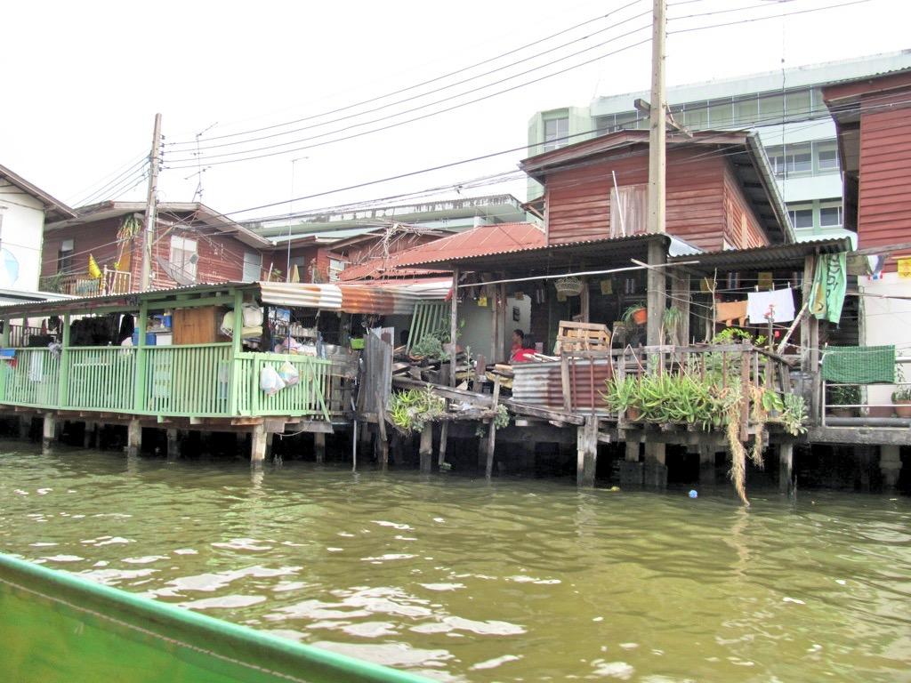 Häuser direkt am Chao Phraya River: Hier wohnt offensichtlich der ärmere Teil der Bevölkerung.