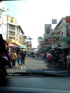 Mit dem Mini Bus über die Kao San Road direkt nach Pattaya