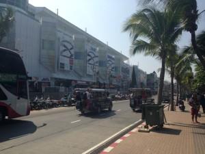 Pattaya Beach Road: Baht Busse verkehren hire an jeder Ecke
