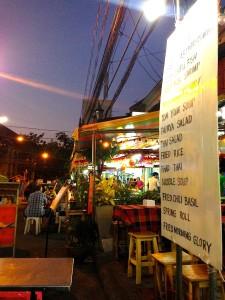 Typisches Strassenrestaurant in Nähe der Kao San Road in Bangkok