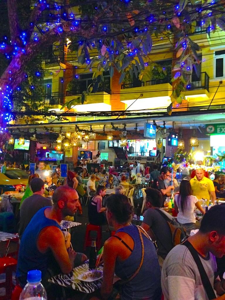 Angenehme Atmosphäre in einen der unzähligen Strassenrestaurants
