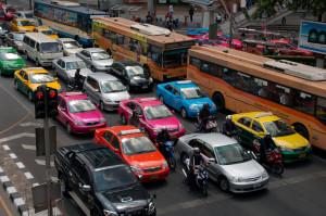 Taxis in Bangkok: Taxis sind in Thailand in den verschiedensten Farben lackiert. Auf dem Dach sollte aber immer die Leuchtschrift Taxi-Meter zu sehen sein. Photo CC by Christian Haugen