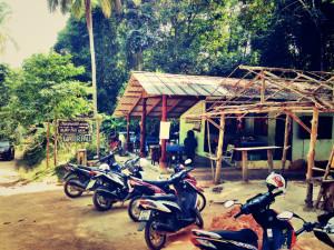 Koh Phangan, Thailand: Parken an Sehenswürdigkeiten kostet oft eine Pauschale von 10 Baht.
