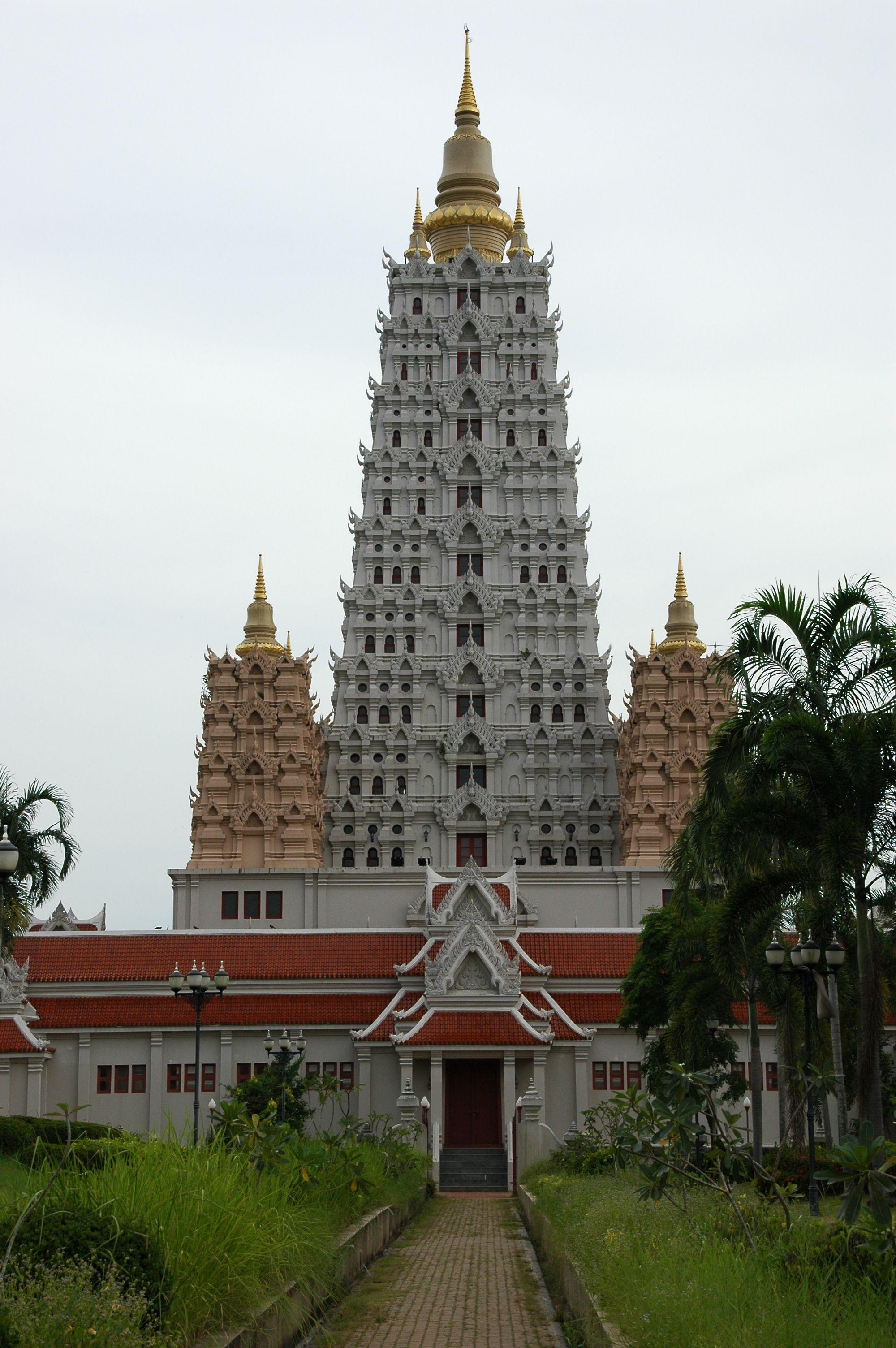 Wat Yansangwararam, Pattaya: Der Tempel im indischen Stil ermöglicht einen wunderbaren Ausblick bis hin zur Küste Pattayas. Photo CC by I, Endimione