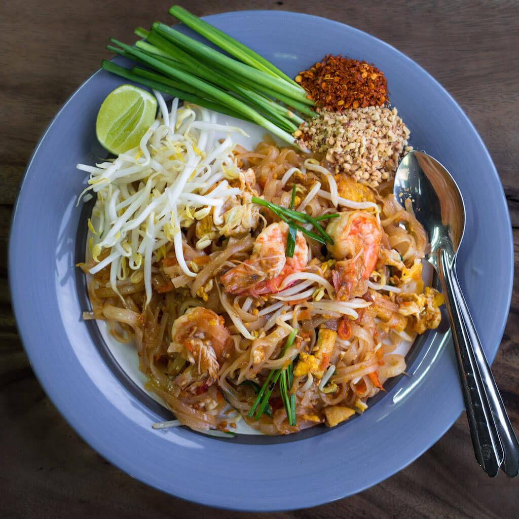 """""""Phat Thai kung Chang Khien street stall"""" von Takeaway - Eigenes Werk. Lizenziert unter CC BY-SA 3.0 über Wikimedia Commons."""